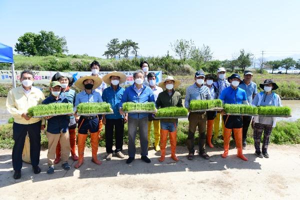 0528-02 보도자료(2021년 통일쌀 보내기 손모내기 행사 개최).jpg